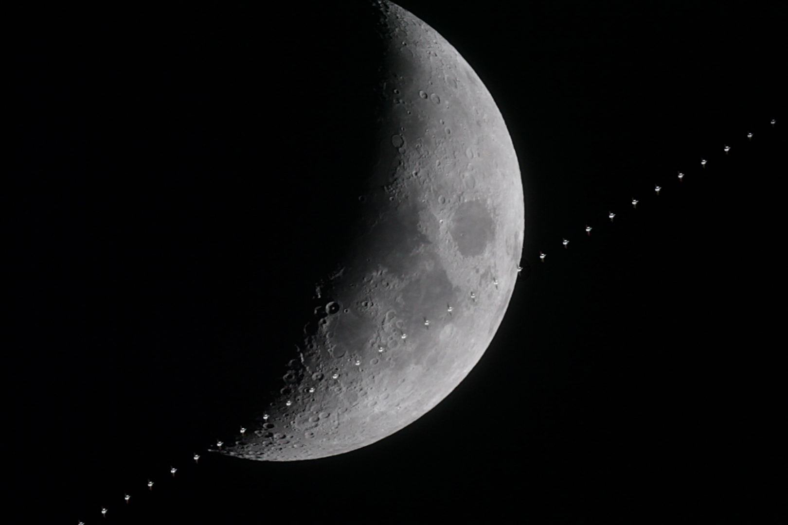 http://www.ncsm.city.nagoya.jp/study/astro/20150224_iss_moon.jpg